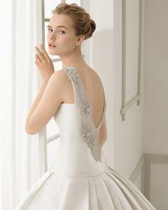Vestido de noiva de shantung com costas bordadas com brilhantes. Coleção 2016 Rosa Clará