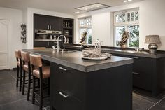 Kitchen kitchen and design ideas for many of the dream kitchen needs. Modern kitchen inspiration at its finest. Kitchen Dinning, New Kitchen, Kitchen Decor, Kitchen Layout, Kitchen Interior, Interior Design Living Room, Kitchen Cabinets And Countertops, Interior Exterior, Beautiful Kitchens