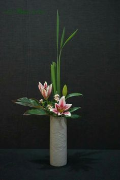 Love the subtle balance on this one! Love the subtle balance on this one! Love the subtle balance on this one! Ikebana Arrangements, Tropical Flower Arrangements, Modern Floral Arrangements, Creative Flower Arrangements, Ikebana Flower Arrangement, Church Flower Arrangements, Beautiful Flower Arrangements, Beautiful Flowers, Tropical Flowers