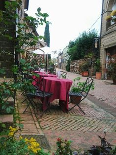 Eating at an enoteca in one of the prettiest villages in Italy #sovana