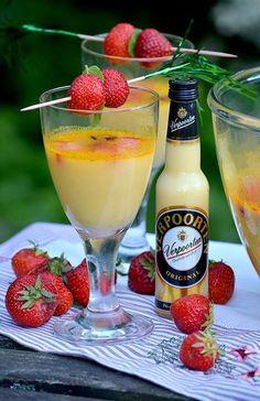 Eierlikör Rezept: Eierlikör-Erdbeer-Bowle - Cocktail-Rezepte - Verpoorten