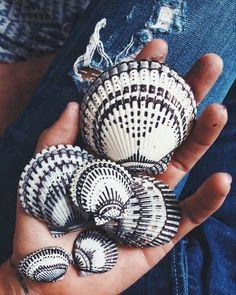 Black and white sharpie shells Seashell Painting, Seashell Art, Seashell Crafts, Beach Crafts, Pebble Painting, Pebble Art, Painting On Shells, Dot Painting, White Sharpie
