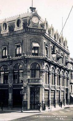 El edificio de la joyería La Esmeralda, ubicado en la esquina de Madero e Isabel la Católica, a inicios del siglo XX. Esta construcción es obra de Eleuterio Méndez y Francisco Serrano y fue concluida en 1892; décadas más tarde la planta alta fue ocupada por el antro