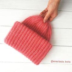 WEBSTA @ anastasia.knits - Видно  да, что шапка на фоне мятного цвета? причём цвет шапки получился похож на настоящий))) А шапочку такую можно купить,  можно заказать в другом цвете, а можно научиться вязать на мк - выбирайте шапка, кстати, на ощупь прям котёночек, коралловый такой котёночек модный ✅продана ✅