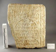 16.- Fragmento de lápida sepulcral árabe en mármol blanco. Probablemente proceda de alguno de los antiguos cementerios excavados dentro de la ciudad de Al-Mariyya (Almería) ( Periodo histórico de dominación taifa/almorávide). La fama de las estelas cruzó las fronteras de Al-Andalus, de modo que aún hoy pueden admirarse las que adquirieron en el s. XII los reyes de Gao, en Níger.