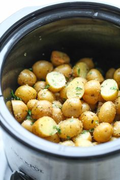 Slow Cooker Garlic Parmesan Potatoes - Crisp-tender potatoes with garlicky parmesan goodness. Its the easiest side dish you will ever make in the crockpot! from damn delicious christmas dinner dishes Crock Pot Slow Cooker, Crock Pot Cooking, Slow Cooker Recipes, Potato Recipes Crockpot, Crockpot Meals, Crock Pot Potatoe Recipe, Crockpot Party Food, Crockpot Potluck, Small Crockpot Recipes