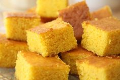 Remember the Crock Pot Taco Soup recipe I posted the other day? This SWEET CORNBREAD! Oh my goodness, this bread was so good. Sweet, moist and just so Vegan Cornbread, Buttermilk Cornbread, Sweet Cornbread, Moist Honey Cornbread Recipe, Cornbread Cake, Easy Bread Recipes, Sweet Recipes, Cooking Recipes, Cornmeal Recipes