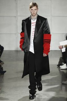 The complete raf simons fall 2017 menswear fashion show now on vogue runway. Minimal Fashion, Urban Fashion, Mens Fashion, Raf Simons, Couture Fashion, Fashion Show, Fashion Styles, Mens Highlights, Sharp Dressed Man