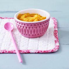 Bratapfelbrei für die Kleinen ganz einfach selber machen: Einen Apfel waschen und auf ein Gitter setzen. Im vorgeheizten Backofen bei 200 Grad Ober- und Unterhitze (180 Grad Umluft) ca. 20 Minuten garen. Abkühlen lassen, entkernen und das Fruchtfleisch aus der Schale schaben. 2 Scheiben Zwieback fein zerstoßen. Die Brösel mit 1 TL weicher Butter und dem warmen Bratapfelmus mischen. Fertig! Schon probiert?