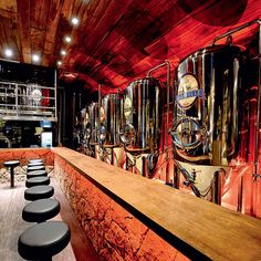 Microcervejarias - interior do Bar Karavelle; leia mais Craft Breweries - Bar Karavelle's interior; read more Aplicativo grátis traz os melhores restaurantes e bares de SP - 07/06/2014 - sãopaulo - Folha de S.Paulo Design Café, Bar Interior Design, Beer Brewery, Beer Bar, Modern Restaurant, Cafe Bar, Brewery Interior, Brewery Equipment, Beer Factory