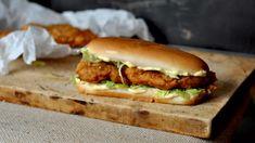 Nakládané kuřecí řízky v podmáslí a pikantním těstíčku. Jako z KFC! Hot Dog Buns, Hot Dogs, Kfc, Hamburger, Bread, Chicken, Ethnic Recipes, Breads, Baking