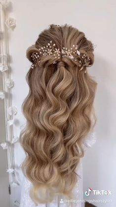 Beautiful and natural long curly hairstyle made by @elliejenningshairstylist,Headpiece:@SWEETV Hairdo For Long Hair, Wedding Hairstyles For Long Hair, Bride Hairstyles, Long Curly Bridal Hair, Matric Dance Hairstyles, Hairstyles For Long Dresses, Wedding Hairstyles For Curly Hair, Communion Hairstyles, Wedding Hairdos