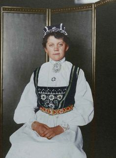 These 100-Year-Old Colour Portraits Of New York Immigrants Reveal Incredible Outfits