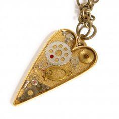 """Die Steampunk-Kette """"Lost in Space"""" mit großem Herzanhänger von Urska Habjan ist ein ganz besonderes Schmuckstück. Das wohlgeformte Herz ist aus vielen kleinen Teilen eines alten mechanischen Uhrwerkes zusammengesetzt."""