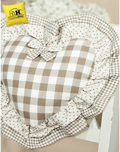 CUSCINI E COPRICUSCINI Small Cushions, Pin Cushions, Diy And Crafts, Arts And Crafts, Shabby Home, Heart Diy, Fabric Hearts, Patchwork Cushion, Fabric Toys