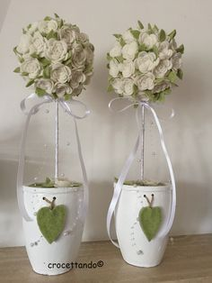 Felt Flowers, Fabric Flowers, Felt Flower Tutorial, Topiary Trees, Handmade Flowers, Flower Crafts, Diy And Crafts, Glass Vase, Ornaments