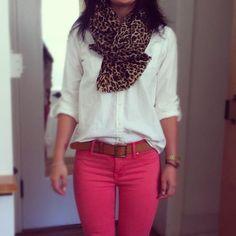 Calça rosa + blusa branca + onça