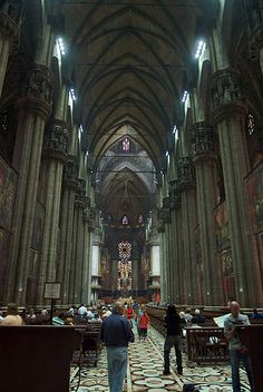 Interior de la Catedral de Milán Romanesque Architecture, Religious Architecture, Art And Architecture, Old Time Religion, Gothic Castle, Cathedral Church, Southern Europe, Old Churches, Place Of Worship