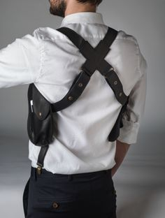 Classic holster bag by Mayenne Nelen. The size is adjustable. Cow Leather, Leather Bag, Leather Holster, Leather Projects, Leather Accessories, Suspenders, Swagg, Mens Fashion, My Style