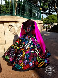 Source by lindacoralg mexicanos Mexican Fashion, Mexican Outfit, Elegant Dresses, Pretty Dresses, Beautiful Dresses, Quince Dresses Mexican, Charro Dresses, Vestido Charro, Mexican Quinceanera Dresses