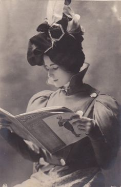 Beautiful Cleo de Merode Reading a French Magazine Circa 1905 Victorian Women, Edwardian Era, Edwardian Fashion, 1890s Fashion, Belle Epoque, Vintage Pictures, Vintage Images, Vintage Posters, Gibson Girl