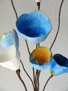 Disposizione di fiore giallo di carta blu fiori di AlessandraFabre