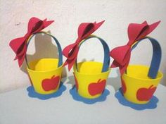 Cestinha centro de mesa branca de neve * Pode ser feita com alça, ou sem alça entre em contato e faça sua escolha de detalhes. lembrando que a alça vai souta para ser colada (ao chegar) * Altura com a alça é de 16 cm , e sem a alça é de 7,5 cm Bug Crafts, Foam Crafts, Preschool Crafts, Diy And Crafts, Snow White Tutu, Snow White 2, Party Centerpieces, Birthday Party Decorations, Snow White Invitations