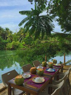 Comer a la orilla del río Loboc con agua de coco de aperitivo. Lo estamos pasando mal  #FilipinasByBlogs #mochileros