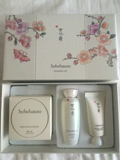 Sulwhasoo blooming set  It's include : Perfecting cushion 30 gm, snowise Ex cleasing foam 30 ml, snowise Ex whitening water 50 ml