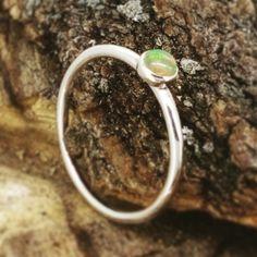 anillo de plata con ópalo natural