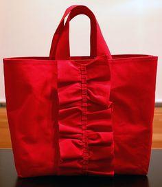 ひらひらフリルでお出かけが楽しくなりそうなトートバッグ。 大きめサイズなのでママバッグとしても活躍しそう。パラフィン加工が施された10号帆布を使用しているので...|ハンドメイド、手作り、手仕事品の通販・販売・購入ならCreema。