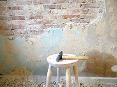 Der bankes puds af murstensvæg med hammer og mejsel