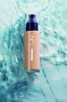 LOOK RADIANT, REVITALIZED REFRESHING FEELING    The SPF 20 Illuskin Aquaboost The ONE Foundation is an ultra-light, medium coverage base that invigorates the complexion with natural luminosity and incredible hydration.    Its magnificently smooth...