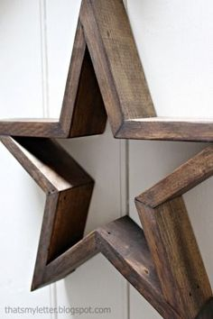 A tutorial to make your own five pointed DIY wood stars. Create three dimensional wood stars wall art using free plans here. wood projects projects diy projects for beginners projects ideas projects plans Easy Woodworking Projects, Popular Woodworking, Woodworking Projects Diy, Diy Wood Projects, Woodworking Furniture, Woodworking Plans, Woodworking Store, Workbench Plans, Woodworking Machinery