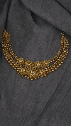 Gold Jewelry Design In India Indian Wedding Jewelry, Bridal Jewelry, Indian Gold Jewellery, Tikka Jewelry, Gold Jewellery Design, Diamond Jewellery, Jewellery Earrings, Saree Jewellery, Latest Jewellery