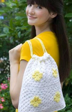 Daisy Drawstring Bag - Free crochet pattern from Red Heart Yarn Crochet Crafts, Crochet Yarn, Crochet Projects, Free Crochet Bag, Crochet Daisy, Crochet Handbags, Crochet Purses, Drawstring Bag Pattern, Drawstring Bags