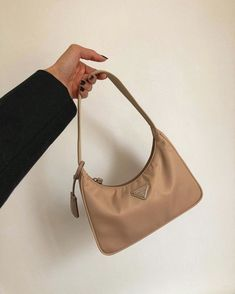 Uploaded by Find images and videos about fashion, handbag and Prada on We Heart It - the app to get lost in what you love. Prada Bag, Prada Handbags, Cute Purses, Purses And Bags, Fashion Bags, Fashion Accessories, Estilo Grunge, Accesorios Casual, Devil Wears Prada