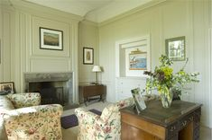 An inspirational image from Farrow and Ball. Lounge with panelling in Stony Ground Estate Eggshell, unit in Skimming Stone Estate Eggshell and ceiling in All White Estate Emulsion. Farrow And Ball Bedroom, Farrow And Ball Kitchen, Green Ground, Dining Room Colors, Living Room White, Bedroom Green, Farrow Ball, Living Room Inspiration, Decoration