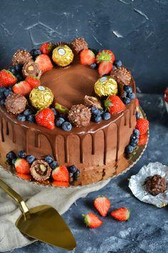 Najlepsze połączenie to czekolada, orzechy i owoce. Tak powstał tort na moje osobiste urodziny. Postanowiłam podzielić się z Wami przepisem na ten cudowny w smaku tort. Składniki na tort o średnicy 21 cm: Biszkopt kakaowy: 5 dużych jajek 3/4 szkl. drobnego cukru do wypieków 2/3 szkl. mąki pszennej tortowej typ 450 1/3 szkl. kakao gorzkiego Nasączenie: 200 ml wody mineralnej niegazowanej 6 łyżek soku z cytryny 3 łyżki cukru (wg uznania) 5 łyżek wódki (opcjonalnie) Krem śmietanowy: 250 ml… Malteser Cake, Berry Cake, Yummy Cakes, Chocolate Cake, Cake Recipes, Food And Drink, Birthday Cake, Yummy Food, Sweets