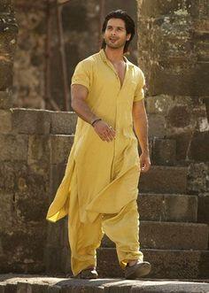 Shahid Kapoor meowwww yellow looks good on him, so would i :)) Kurta Pajama Men, Kurta Men, Bollywood Celebrities, Bollywood Fashion, Bollywood Actors, Pathani For Men, Mens Traditional Wear, Pathani Kurta, Gents Kurta