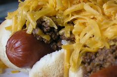 BANDITO DOGS: 1 lb) package hot dogs, cups homemade chili OR 2 ounce) cans of chili, 8 ounces cubed Velveeta cheese, 1 ounce) can chopped green chilies, drained & optional toppings. Hard Rolls, Beef Hot Dogs, Chili Dogs, Homemade Chili, Feeding A Crowd, Game Day Food, Budget Meals, One Pot Meals, Food Dishes