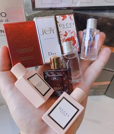 Looking for a new perfume this winter? Here are the most perfumes that are glamorous people to make sure you smell magnificent at your next party. Perfume Scents, Pink Perfume, Best Perfume, Avon Products, Beauty Products, Perfume Store, Perfume Bottles, Perfumes Versace, Makeup Products