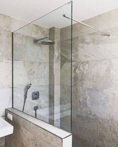Shower partition with stabilizing bar through the glass shower door . Big Living Rooms, Living Room Decor, Furniture Styles, Home Furniture, Bad Inspiration, Wood Ornaments, Shower Doors, Other Rooms, Bathroom Interior