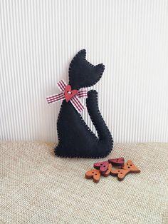 Felt cat idea, perfect gift idea for cat lovers or Halloween decor Felt Cat, Black House, Cute Gifts, Halloween Decorations, Cat Lovers, Ornaments, Unique Jewelry, Handmade Gifts, Diy