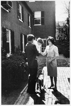 1959. Photo qui pourrait être attribuée à Jacques LOWE. Jack, Jacqueline and Caroline, in Georgetown