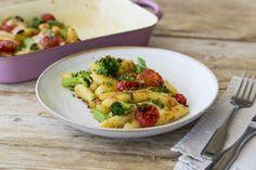 Überbackener Schupfnudel-Auflauf mit Brokkoli, Kirschtomaten und frischem Schnittlauch