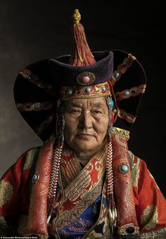 Beguiling portrait photographs showcase spectacular multi-coloured garments worn by Mongolian nomads Mongolia, Artistic Fashion Photography, Portrait Shots, People Of The World, Character Outfits, Historical Clothing, Powerful Women, Traditional Outfits, Tibet