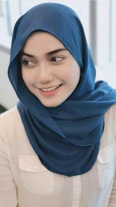 "Syma Beauty 💋 on Instagram: ""Petang ✌🏻️ kulit naked ni. Modern Hijab Fashion, Street Hijab Fashion, Big Fashion, Muslim Fashion, Beautiful Hijab Girl, Beautiful Muslim Women, Muslim Beauty, Muslim Brides, Turkish Fashion"