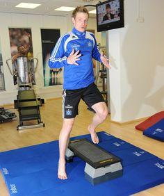 Der kyBounder eignet sich besonders gut für sensormotorisches sowie präventives Leistungstraining. Der weiche Untergrund animiert den Körper zu permanenter Bewegung. Diese intensive Form des Trainings verbessert die Funktion der Tiefenmuskulatur und trägt auch zur Reduktion von Schmerzen bei. Das Gehen und Laufen auf dem kyBounder dehnt und kräftigt die tief liegende Muskulatur und verbessert die Koordination. Abmaße 46x46; 96x46; 196x46; 296x46; 496x46 in 2, 4 und 6cm Dicke ab $129