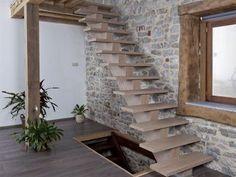 L'escalier tournant possède des marches de un ou plusieurs angles et est très fréquent dans les maisons à plusieurs étages. #maisonAPart
